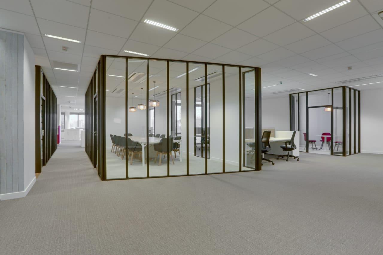 Une salle de réunion aux cloisons vitrées conçue par les équipes Cléram